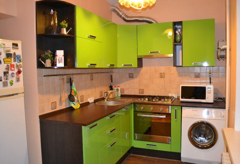 Дизайн кухни с салатовым гарнитуром