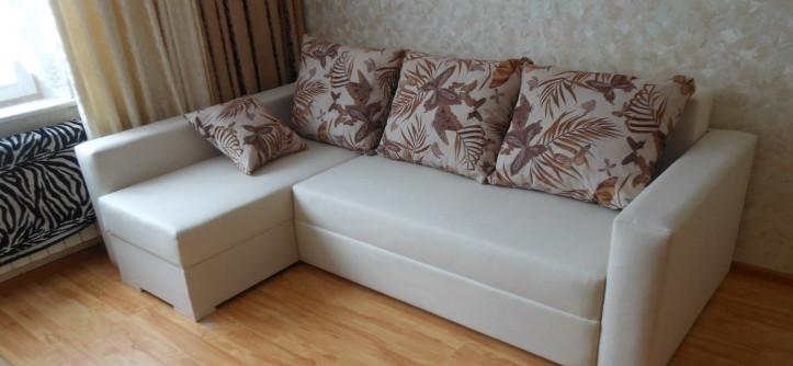 угловой диван в интерьере гостиной фото дизайн Domokedru