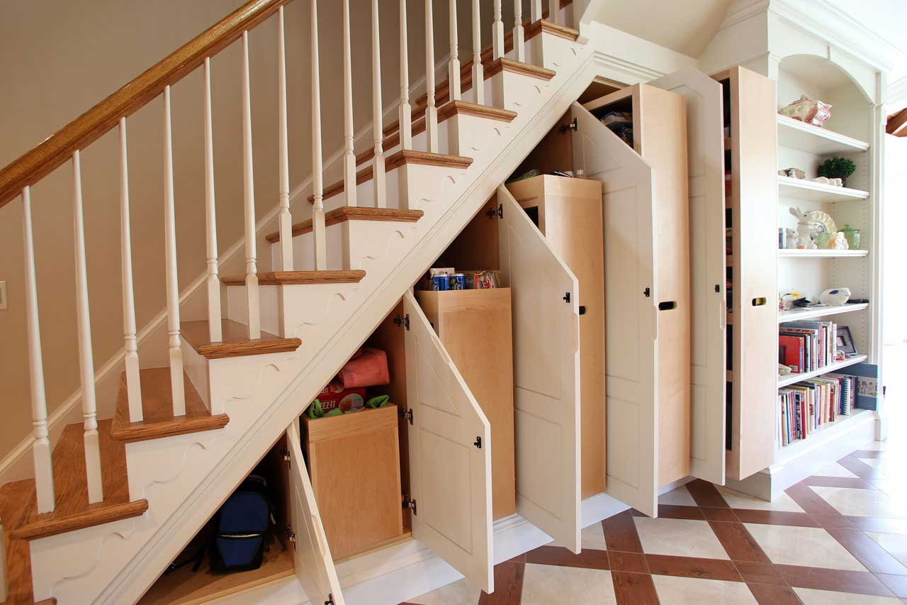 Место под лестницей своими руками