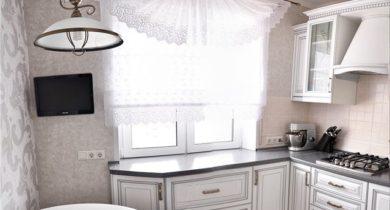 кухня с окном в рабочей зоне фото