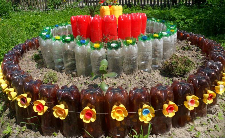 Цветочные клумбы  из бутылок